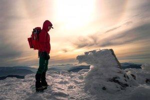 雪山を見つめる男性